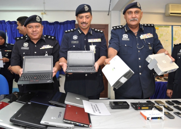 INTERNET SCAMER'S BUSTED:TWO WOMAN AMONG FOUR ARRESTED